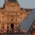 Очередь перед пирамидальным входом в Лувр